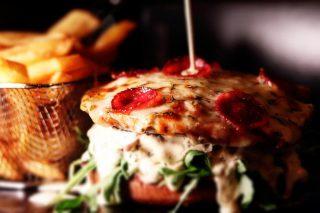 Ile razy w życiu stawaliście przed tak trudnym wyborem : #pizza czy #burger ? 😂 Nie ma złotego środka, chociaż... Co powiecie na pizzoburgera? 😉 Robimy w #weekend? #wemlynie #pizzaburger #foodporn #foodphotography #pizzaporn #instafood #instagood